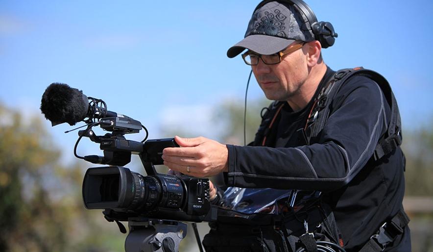 Videographer mengambil Gambar dan Audio